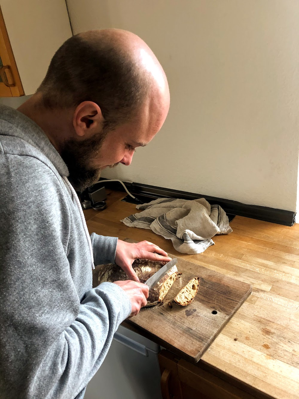 Basti schneidet das schnelle Sauerteigbrot
